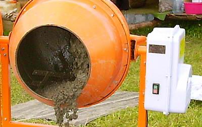 Замешивание нужного раствора в бетономешалке
