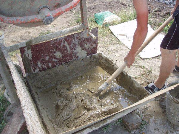Замешивание раствора лопатой