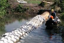 Защита трубопровода находящегося в воде поможет избежать повреждений при разливе рек или убережет от предметов по ней передвигающихся
