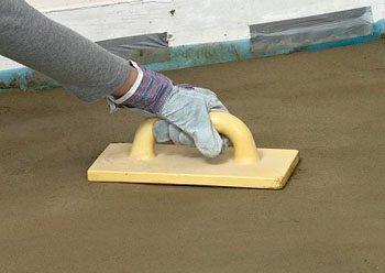 Затирка бетонного пола вручную пластиковой теркой