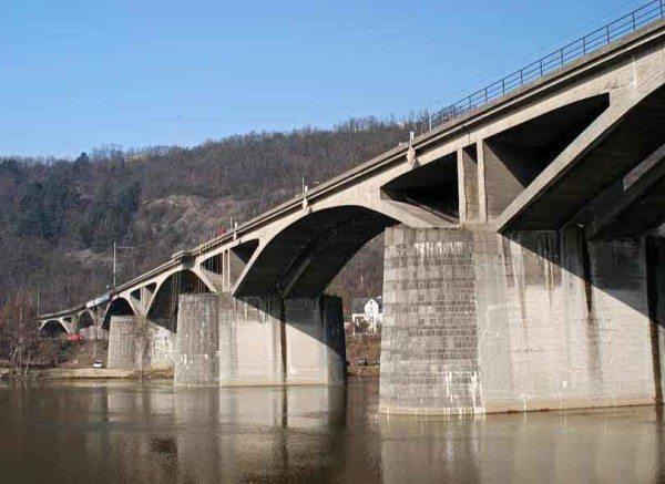 Железобетон активно применяется в дорожном строительстве. На фото - автомобильный Браницкий мост в Праге.
