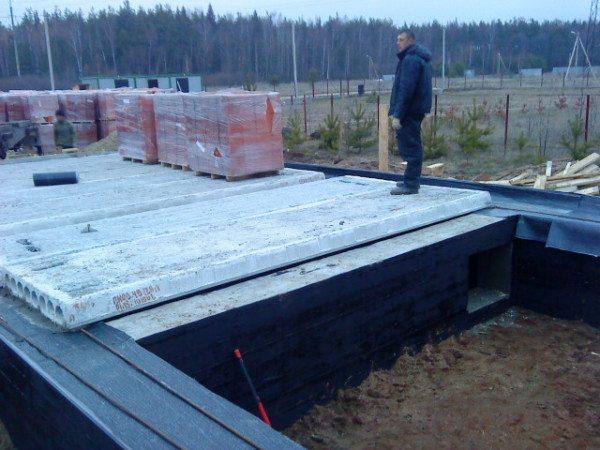 Железобетонные пустотелые плиты как часть фундамента будущего дома