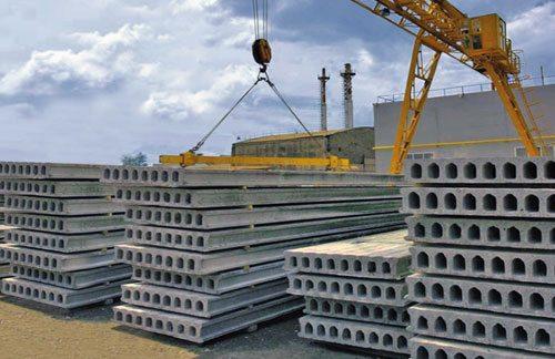Железобетонные сборные плиты перед отгрузкой на заводе