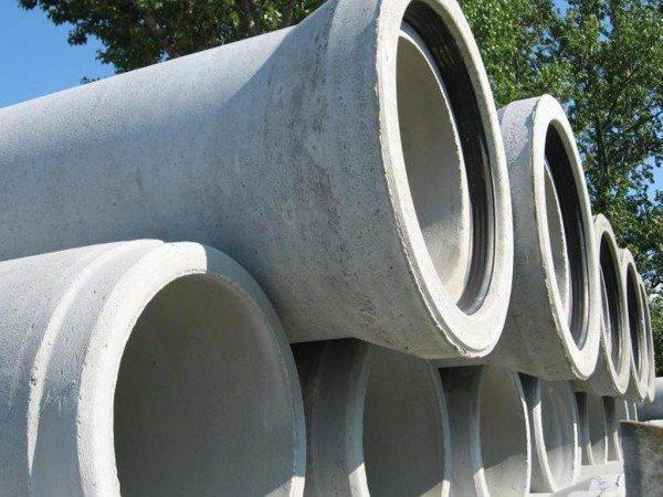 Железобетонные трубы на складе.