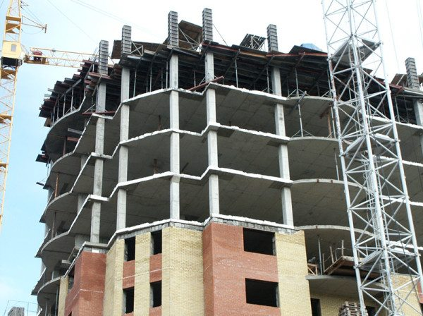 Железобетонный монолитный каркас здания на стройплощадке