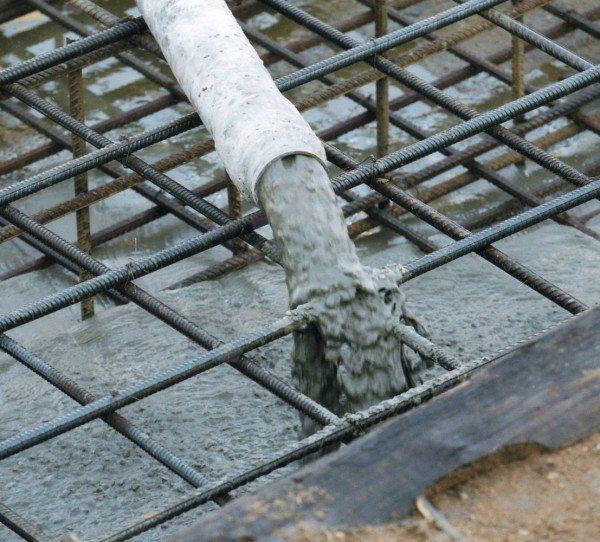 Жидкий бетон подается с помощью специального насоса