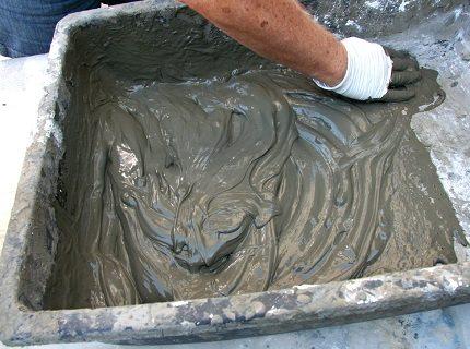 Жирная смесь липнет к лопатке и напоминает сметану по консистенции.